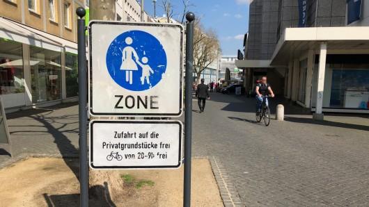 Fahrräder dürfen hier nicht fahren - trotzdem tun es einige. Jetzt kontrolliert die Stadt gemeinsam mit der Polizei in den Straßen um den Ringbrunnen (Archivbild).