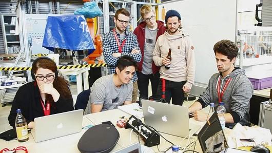 Das Gewinnerteam der TU Braunschweig: Mit Arbeit 4.0 soll eine Spiel für die Entwicklung von aktuellen Produktionstechniken entwickelt werden.