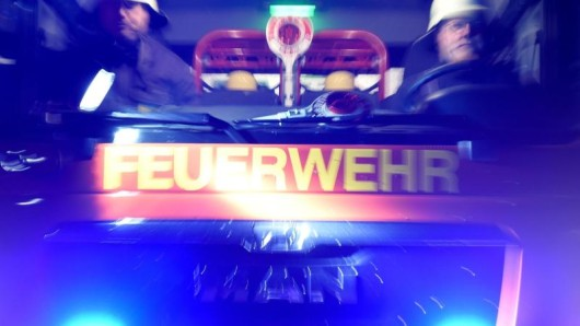 Feuerwehrmänner in einem Löschfahrzeug.