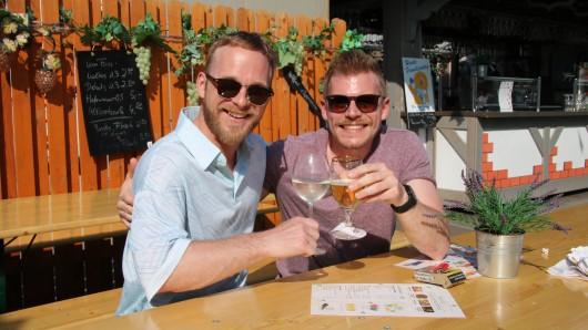 Bei kühler Weinschorle und Bierchen lässt es sich heute gut aushalten. Das finden auch Richard (links) und Tobias.
