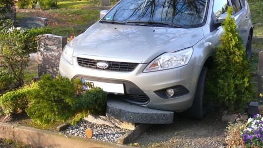 Das Auto ließ sich erst durch einen Grabstein bremsen.