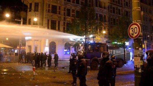 Erst im Laufe der Nacht bekam die Polizei die Situation wieder unter Kontrolle.
