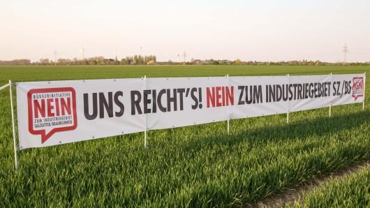 Gegner des geplanten Gewerbegebiets haben dieses Transparent auf einer noch landwirtschaftlich genutzten Fläche aufgespannt (Artchivbild).