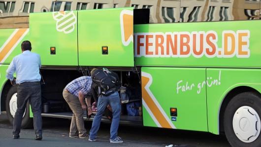 Koffer rein und los: Der Flixbus fährt ab Donnerstag auch den Hamburger Flughafen an. (Archivbild)