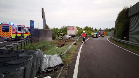 Der Lkw hat die Schutzplanken beim Kreuz Wolfsburg/Königslutter durchbrochen. Der Fahrer  ist noch an der Unfallstelle verstorben.