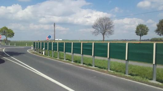 Mit dem neuen Sichtschutzzaun sind die Autofahrer gezwungen, am Stoppschild anzuhalten.