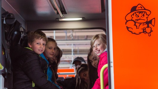Kinder können mit ihren Müttern ein paar Stunden bei der Feuerwehr Peine verbringen (Archivbild).