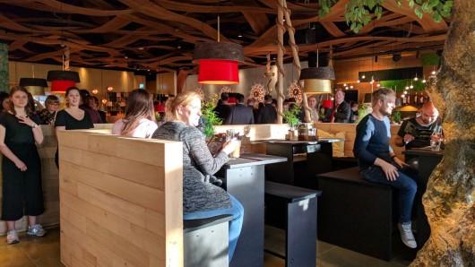 Das Restaurant ist bei der Neueröffnung rappelvoll.