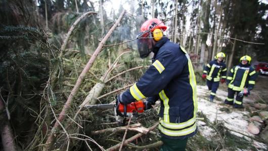 Die Freiwilligen Feuerwehren übernehmen am Wochenende oft Aufgaben des Landes. (Symbolbild)