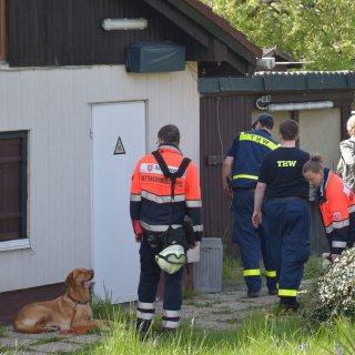 Kurzer Schreckmoment: Ein Suchhund schlug vor dem Gartenhaus an. Das Gebäude wurde gewaltsam geöffnet - zum Glück war das Ergebnis negativ.