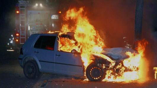 Die Fahrerin war mit dem Auto gegen einen Baum geknallt - es hatte sofort zu brennen angefangen.