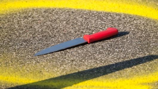 Der Gesuchte soll sein Opfer mit einem Messer  erletzt haben (Symbolbild).