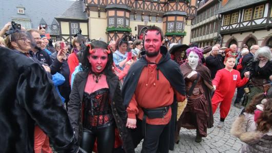 Rote Teufel, blaue Hexen. Vor dem Wernigeroder Rathaus war einiges los.