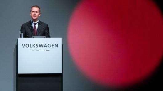 Alle Augen und Objektive sind während der Hauptversammlung auf VW-Vorstandschef Herbert Diess gerichtet.