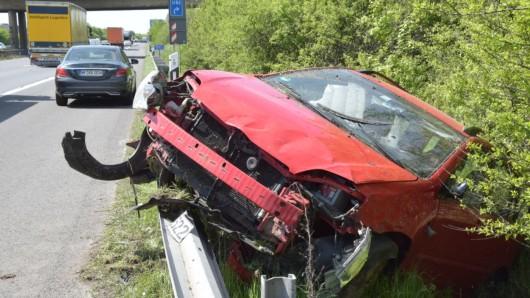 Nach dem Überschlag landete der Wagen neben dem Standstreifen im Grünen.