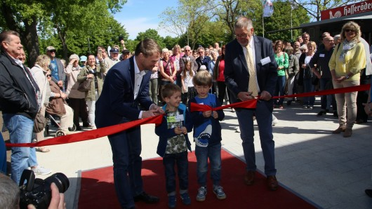 Bürgermeister Stefan Klein, Elias und Moritz aus dem kindergarten St.Markus und Ulrich Leidecker durchschneiden zur Eröffnung das rote Band.