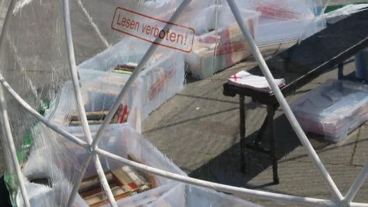Lesen verboten! Im Pavillion liegen die Bücher von Autoren, deren Werke auf der schwarzen Liste standen, die in den Braunschweiger Tageszeitungen erschien.