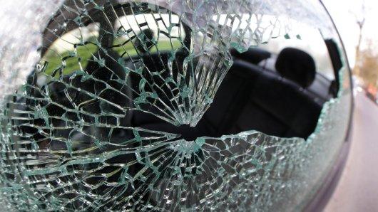 Zwei Männer zerstörten die Scheiben von insgesamt sechs Autos in der Goslarer Innenstadt. (Symbolbild)