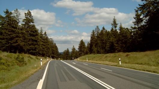 Auf der B242 haben zwischen Oderteich und Sonnenberg Diebe ein Auto gestohlen.
