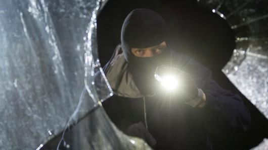 Die Einbrecher kamen durch ein Fenster (Symbolbild).