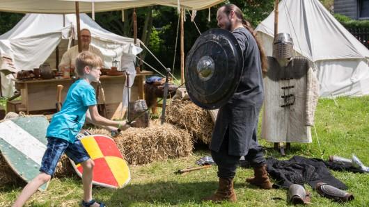 Kinder konnte auf Schloss Salder nicht nur bei Schwertkämpfen zusehen, sie konnten auch mitmachen.