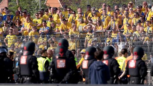 Eintracht-Fans müssen auf Auswärtsfahrten einiges erdulden (Archivbild).