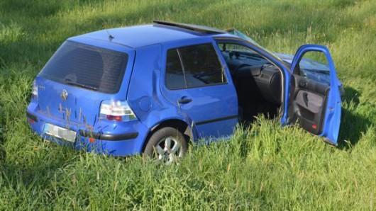 Der 21-jährige Fahrer dieses VW Golf wurde bei dem Unfall nahe Wahrenholz schwer verletzt.