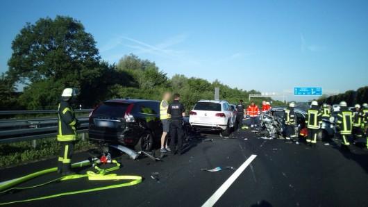 In den ersten Unfall auf der A2 am Montag kurz nach 7 Uhr waren sieben Fahrzeuge verwickelt.