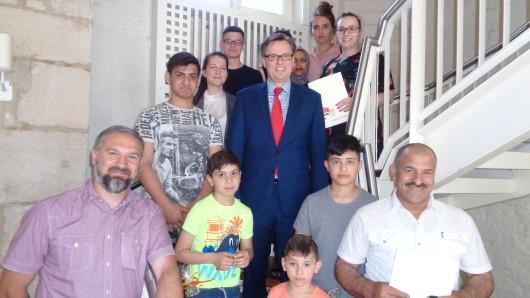 Der Gifhorner Landrat Andreas Ebel (CDU) mit den eingebürgerten bisherigen Ausländern.