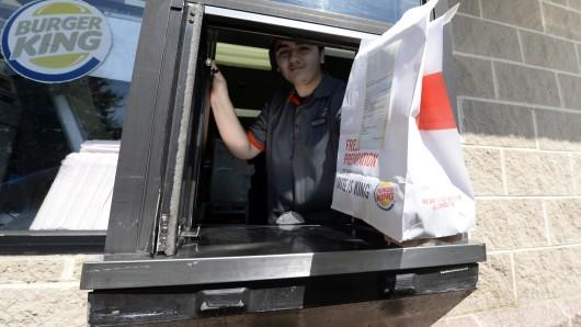Vergeblich hat der Mann aus Lehre versucht, seinen Mercedes in die Drive-In-Spur am Burger King in Wendhausen zu zirkeln. Kein Wunder: Er hatte 2,9 Promille (Archivbild).