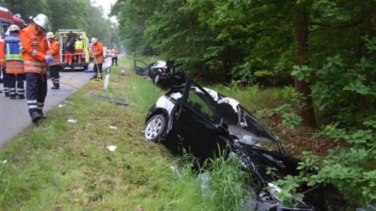 Feuerwehr-Einsatzkräfte mussten die schwerer Technik die in den völlig zerstörten Autos eingeschlossenen Verletzten befreien.