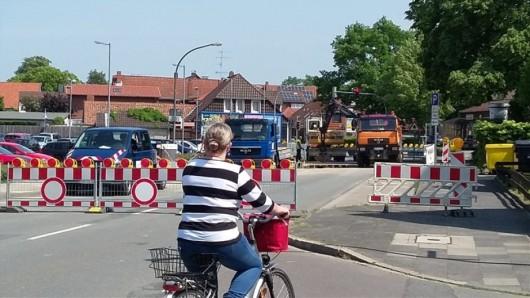 Voraussichtlich bis Freitag, 25. Mai, bleibt die Straße Am Neuen Tor in Fallersleben wegen des Wasserrohrbruchs gesperrt.
