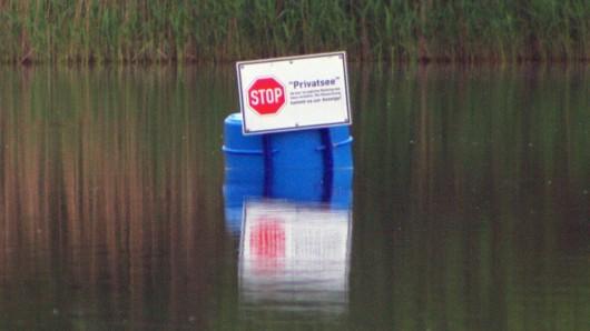 Verkehrszeichen mittem im See: Stop - Privatsee.