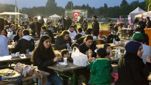 Bis zum Morgengrauen darf nach islamischem Ritus nun gegessen, gesungen und gefeiert werden.