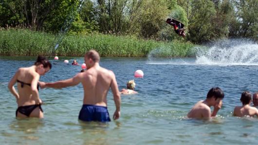 Badewetter am Pfingstsonntag: Mutige hatten bereits Spaß in den Fluten.