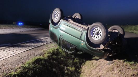 Nach dem Überschlag blieb der Geländewagen auf dem Dach liegen. Der verletzte Fahrer flüchtete in ein Feld - und wurde von der Besatzung eines Rettungswagens eingefangen.
