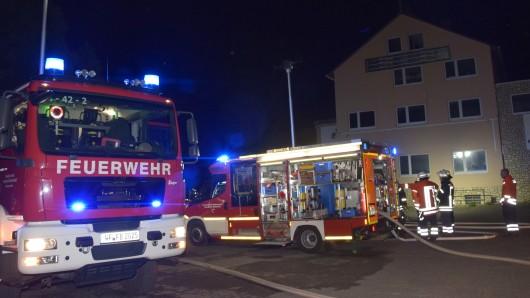 Feuerwehren aus sechs Dörfern waren in der Nacht zum Montag an den Brandort geeilt.