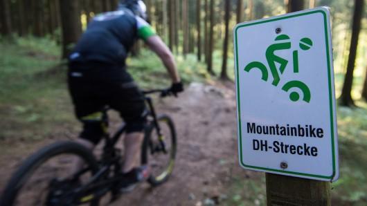 In einem Waldgebiet bei Schulenberg stürzte der Mountainbike-Fahrer so schwer, dass ein Rettungshubschrauber ihn in die Universitätsklinik Göttingen fliegen musste (Symbolbild).