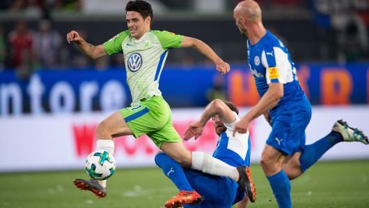 Szene aus dem Hinspiel am Donnerstag: Josip Brekalo zieht zwei Kielern davon.