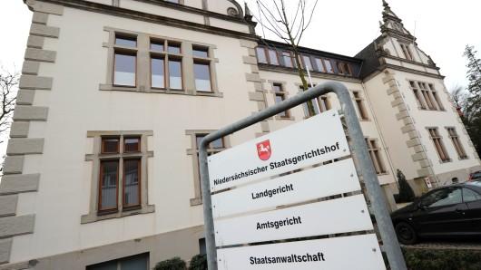Vor dem Landgericht Bückeburg muss sich der Erzieher verantworten, der sechs Mal Kinder und Jugendliche mit sonderpädagogischem Förderbedarf sexuell missbraucht haben soll (Archivbild).