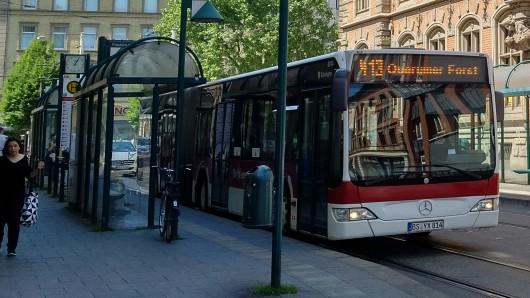 Ein Linienbus ist heute mit einem Fahrradfahrer zusammengestoßen. (Archivbild)