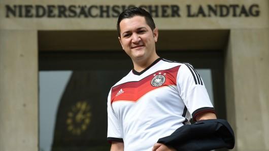 Der damalige SPD-Abgeordnete Mustafa Erkan steht im Trikot der deutschen Fußball-Nationalmannschaft vor dem niedersächsischen Landtag in Hannover (Archivbild).
