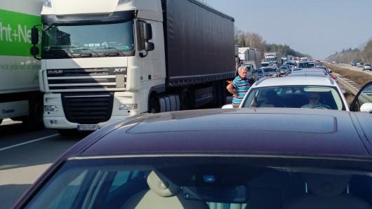 Wegen eines Lkw-Unfalls auf der A2 staut es sich in Richtung Hannover. (Symbolbidl)