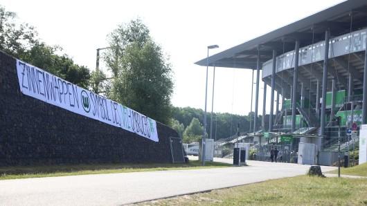 Ein Foto vom Mittwoch: Nicht zufällig hing ein Transparent mit dem alten Zinnen-Wappen vor der Volkswagen-Arena...