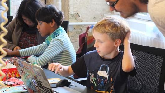 Beim Festival der Phänomene im Phaeno Wolfsburg können schon Kinder programmieren lernen (Archivbild).