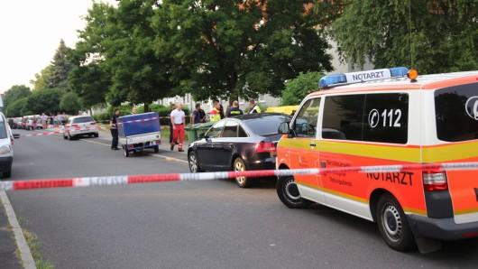 Ein Notarztwagen steht vor dem Haus, in dem die Frau erschossen wurde.