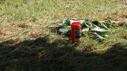 Welkende Blumen und eine Kerze markieren die Stelle, an der ein 38-Jähriger am Montagabend seine Ex-Lebensgefährtin erschossen haben soll.