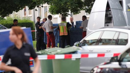 Einsatzkräfte von Rettungsdienst und Polizei am Montagabend vor dem Haus am Jägerweg, vor dem die tödlichen Schüsse fielen.