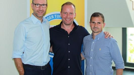 Die Spende dürfte Geschäftsführer Soeren Oliver Voigt (v.l.), Neu-Trainer Henrik Pedersen und Marc Arnold, Sportlicher Leiter der Eintracht, gefreut haben. (Archivbild)