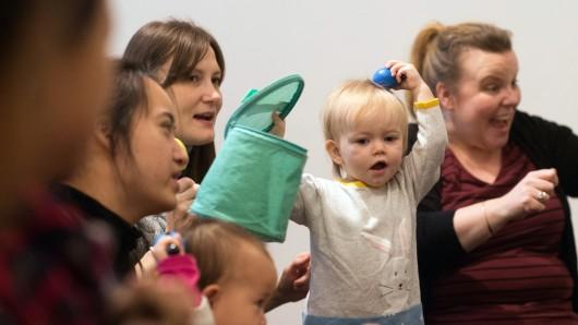 Sich im Takt zur Musik bewegen, selber singen und dabei Spaß haben: Die Musikschule Wolfsburg bietet einen Baby-Musikgarten an. (Symbolbild)